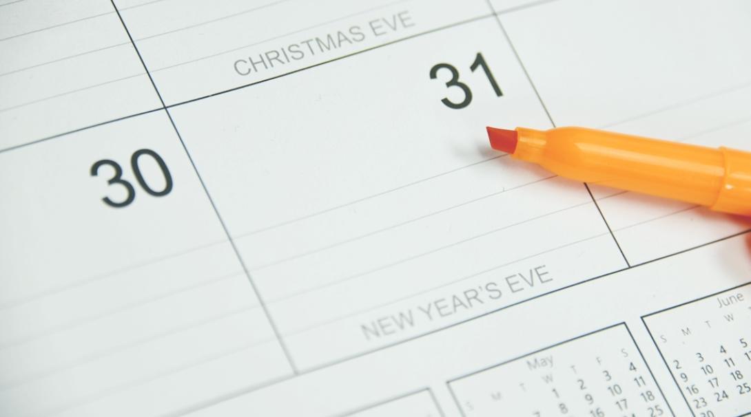 カレンダーの大晦日を指すオレンジ色のマーカー
